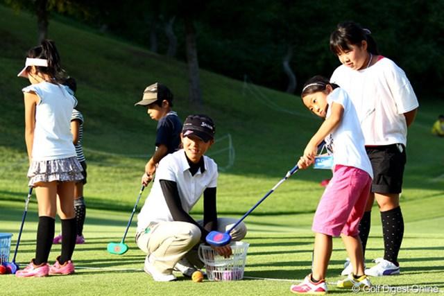 地元子供達との交流会でスナッグゴルフを楽しむ福島で震災にあった岸部桃子プロ