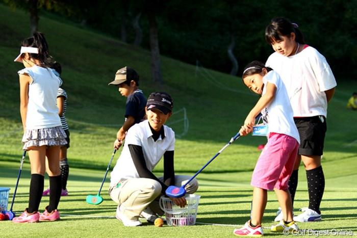 地元子供達との交流会でスナッグゴルフを楽しむ福島で震災にあった岸部桃子プロ 2012年 ミヤギテレビ杯ダンロップ女子オープンゴルフトーナメント 2日目 岸部桃子