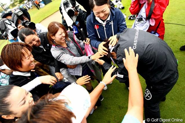 優勝後、待ち受けていた仲間たちから手荒い祝福を受ける森田理香子