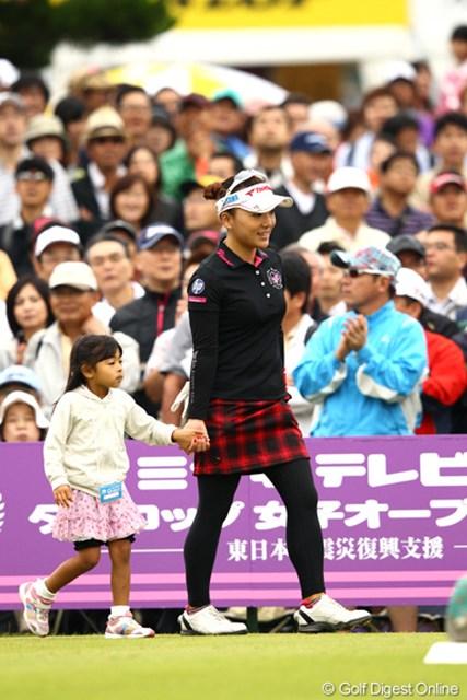 有村智恵/ミヤギテレビ杯ダンロップ女子オープン最終日 キッズエスコートで入場です