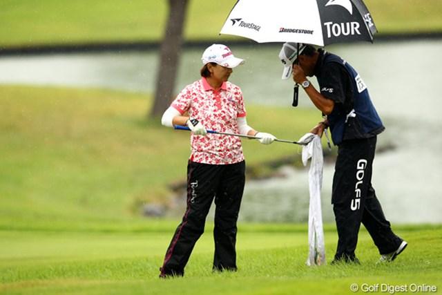 茂木宏美/ミヤギテレビ杯ダンロップ女子オープン最終日 クラブヘッドを拭いてもらってます。水滴?芝???