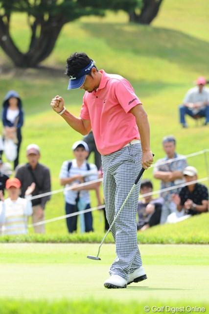 2012年 アジアパシフィックオープンゴルフチャンピオンシップ パナソニックオープン 最終日 小林正則 3メートルのイーグルパットを沈めて渾身のガッツポーズ!これで前半7アンダーの28!一気に首位に浮上して試合は混戦模様に…。