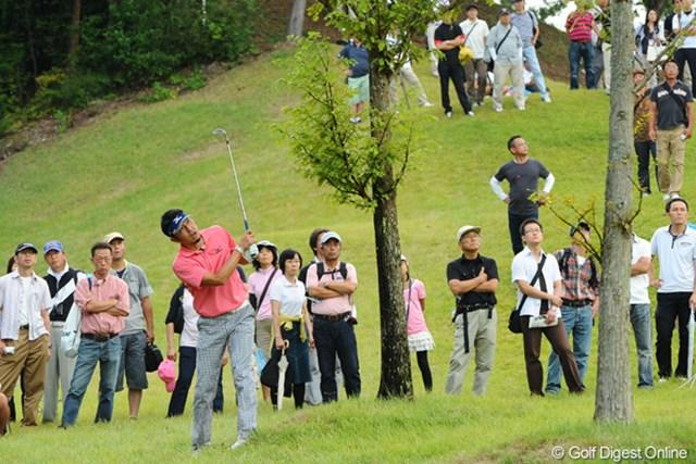 2012年 アジアパシフィックオープンゴルフチャンピオンシップ パナソニックオープン 最終日 小林正則 最終ロングホールのティショットを右に吹かしてレイアップ。ところがこれに失敗してボールは右ラフへ…。一転イヤ~な雰囲気に…。