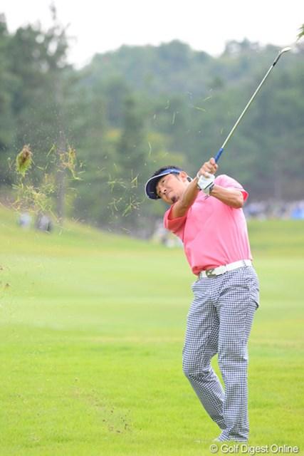 2012年 アジアパシフィックオープンゴルフチャンピオンシップ パナソニックオープン 最終日 小林正則 レイアップに失敗した後、ラフから芝を巻き上げて懸命のリカバリー!これピンそばに起死回生のナイスオン!バーディの可能性を残した!