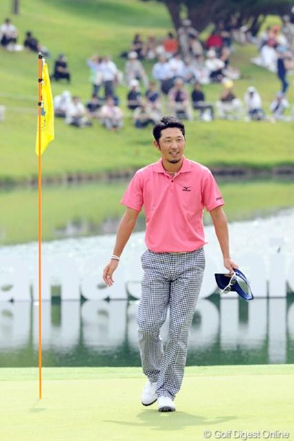 2012年 アジアパシフィックオープンゴルフチャンピオンシップ パナソニックオープン 最終日 小林正則 短いバーディパットを外してトータル17アンダーでホールアウト。ロングホールを残して17アンダーのコーメーちゃんが俄然優位に立ちました。