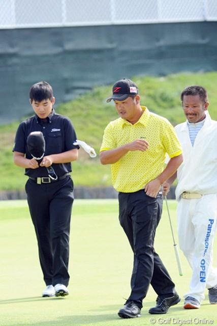 2012年 アジアパシフィックオープンゴルフチャンピオンシップ パナソニックオープン 最終日 小田孔明 最終ホールを何とかパーで切り抜けたものの、最後の2ホールで優勝を逃して思わずグローブを投げつけます。気持ちは判るよ~!