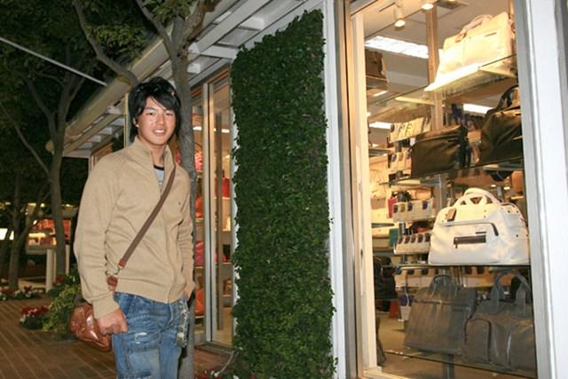 石川遼 高級品には手が出ません!この日はウィンドウショッピングを楽しんだ(写真:代表撮影)