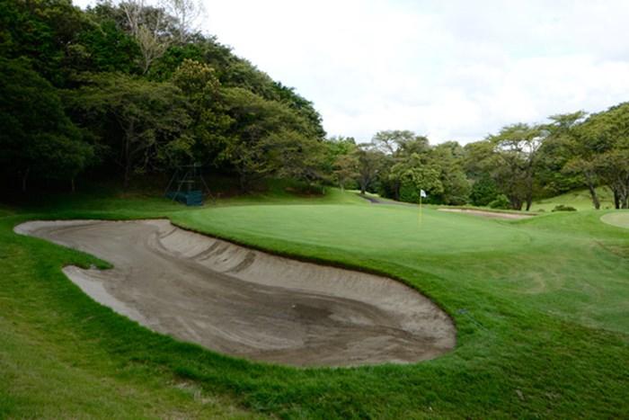 「18H中、最も寄らない」という11番パー3のバンカー 「週刊ゴルフダイジェスト」(2012年10月9日号) 横浜CC 11番パー3