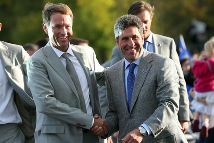 開会式に臨んだ両チームキャプテン (Andrew Redington/Getty Images) 2012年 ライダーカップ 事前 ホセ・マリア・オラサバル、デービス・ラブIII