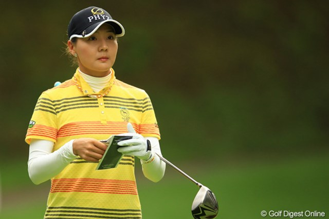 カメラマン癒しの存在のナリちゃんは、今日も安定したゴルフで単独3位です。