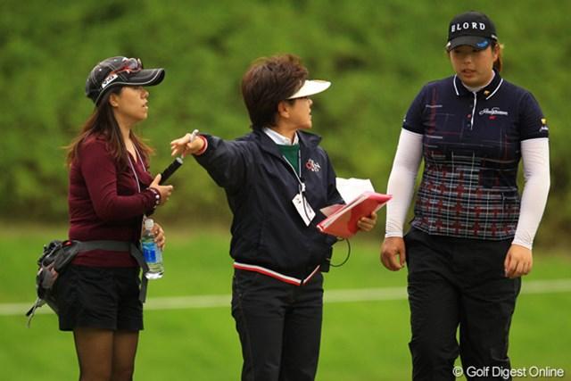 2012年 日本女子オープンゴルフ選手権競技 2日目 フォン・シャンシャン いきなりロープの外から、女性が走って飛び込んで来たのでビックリしました。シャンシャンの通訳の方だったんですね。