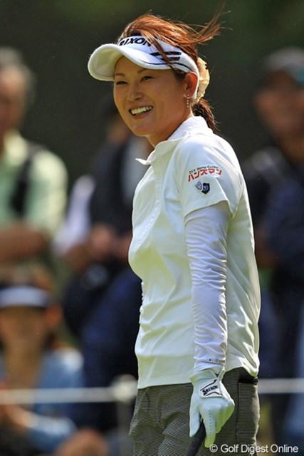 2012年 日本女子オープンゴルフ選手権競技 2日目 北田瑠依 ティショットが大きく右に曲がった・・・と思ったら木に当たってフェアウェイど真ん中!苦笑いまで美しい北田さんです。