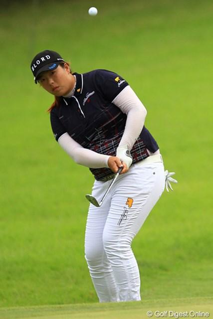 2012年 日本女子オープンゴルフ選手権競技  2日目 フォン・シャンシャン 後半9ホールは、この日3着目となる白ズボン。予想外のトラブルに見舞われたフォン・シャンシャンだが、首位の座は辛くもキープ