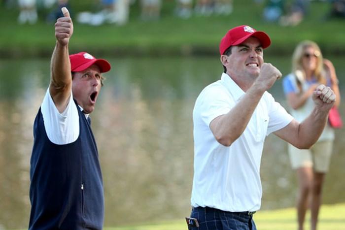 欧州の強豪R.マキロイ&G.マクドウェル組を破り、米国チームを牽引したP.ミケルソン&K.ブラッドリー組。勝利を決めてこのカッツポーズ(Andrew Redington/Getty Images) 2012年 ライダーカップ 初日 フィル・ミケルソン、キーガン・ブラッドリー