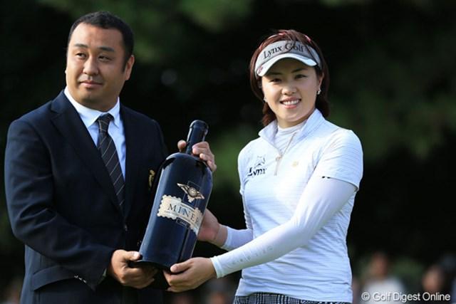 2ndラウンドでホールインワンを達成したダエちゃんに、今日のスタート前に横浜CCから記念品の贈呈がありました。それにしても6リットルのワインはデカいッス。