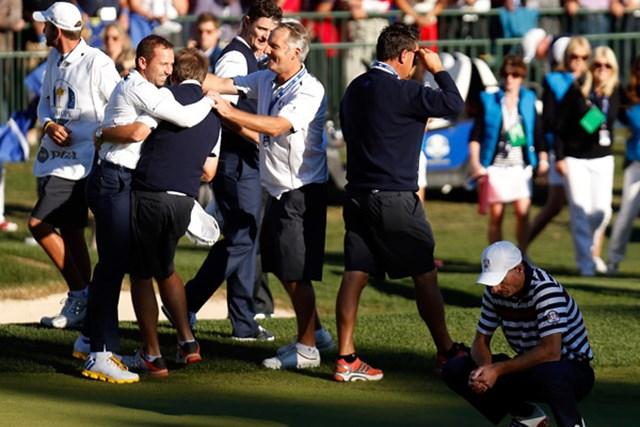 2012年 ライダーカップ 最終日 欧州選抜 J.フューリックを倒したS.ガルシアと喜ぶ欧州選抜チーム(Jamie Squire/Getty Images)
