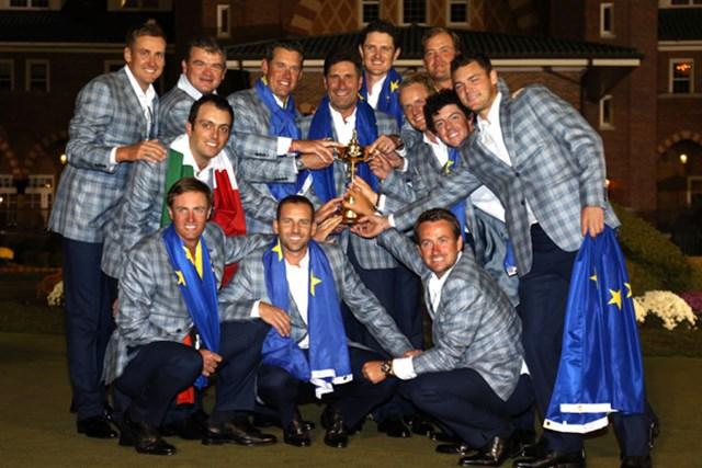 2012年 ライダーカップ 最終日 欧州選抜 大逆転で連覇を果たした欧州代表メンバー12名とホセマリア・オラサバルキャプテン(Ross Kinnaird/Getty Images)