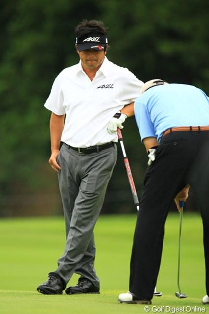 アマチュアのパッティングを見つめる横田さん。プロと18ホールラウンド出来るなんて羨ましいなぁ。