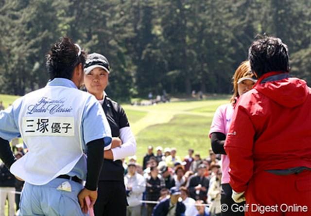 3番グリーンで競技委員を呼び、状況を説明する三塚優子