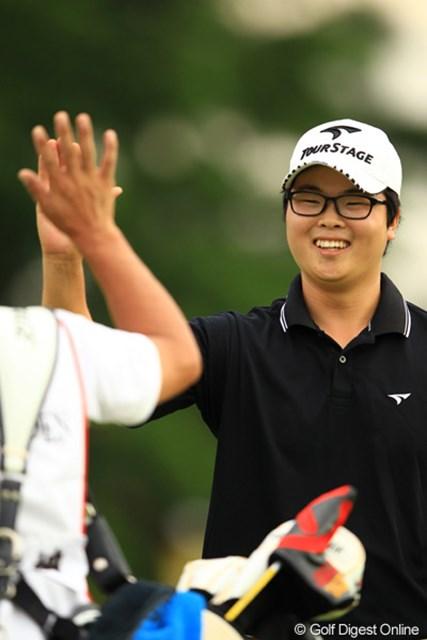 2012年 キヤノンオープン 3日目 ハン・ジュンゴン 18番チップインバーディ!いつもポーカーフェイスのハンちゃんですが、笑顔を初めて見たかも。