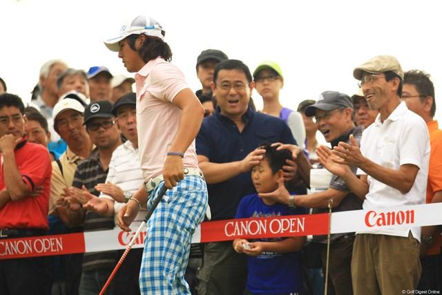 2012年 キヤノンオープン 3日目 石川遼 ラウンド中に遼くんからボールをもらった少年。僕よりお父さんの方が喜んじゃって、もう顔をもみくちゃにされてます。