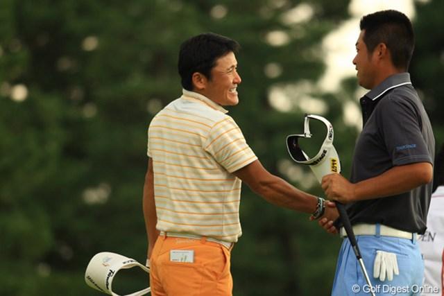 ホールアウト後、笑顔で健闘を称えあった丸山茂樹と池田勇太。