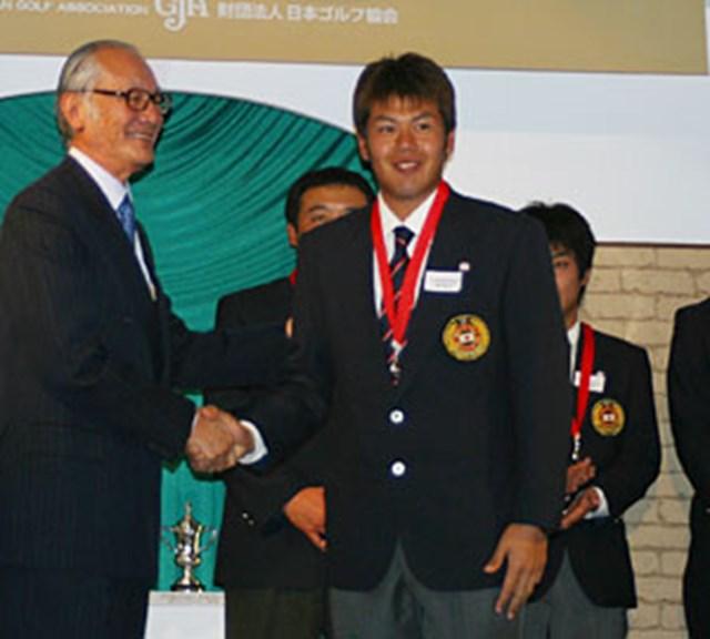 2003年度 JGA男女ナショナルチームメンバー表彰式 甲斐慎太郎 今年、日本アマチュア選手権と日本学生ゴルフ選手権と2つのビックタイトルを取った甲斐慎太郎。ナショナルチームでもチームに貢献。
