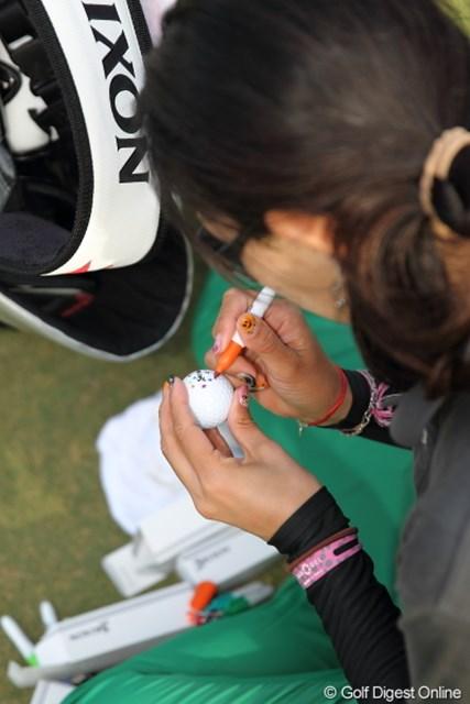 2012年 日本オープンゴルフ選手権競技 事前 キャディ この地味な作業もキャディの大事なお仕事?…でも上井プロに拒否されてましたけど。
