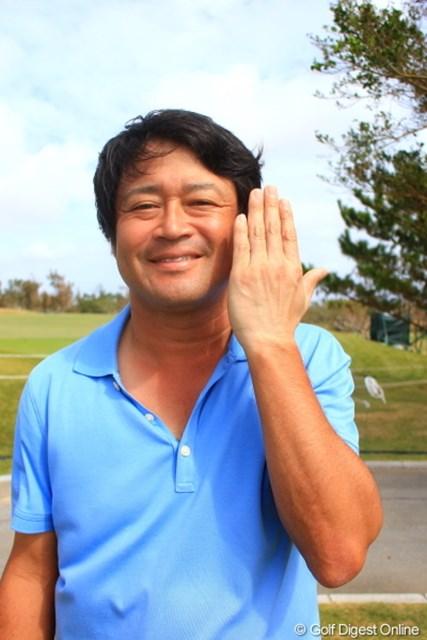 2012年 日本オープンゴルフ選手権競技 事前 横田真一 これぞゴルファーの証。左手だけ白いんです。