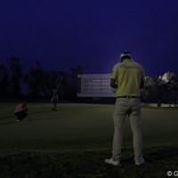 背景に貼付けたみたいに見えるけど、逆光のライトマジックです。 2012年 日本オープンゴルフ選手権競技 初日 ポール・シーハン