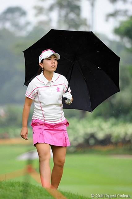 2012年 サイム・ダービー LPGA マレーシア 3日目 宮里美香 2番ホールでティショットを右に吹かせたものの、確実にレイアップしてナイスパー。ここからリズムに乗れると思ったのに、まさかの中断が…。