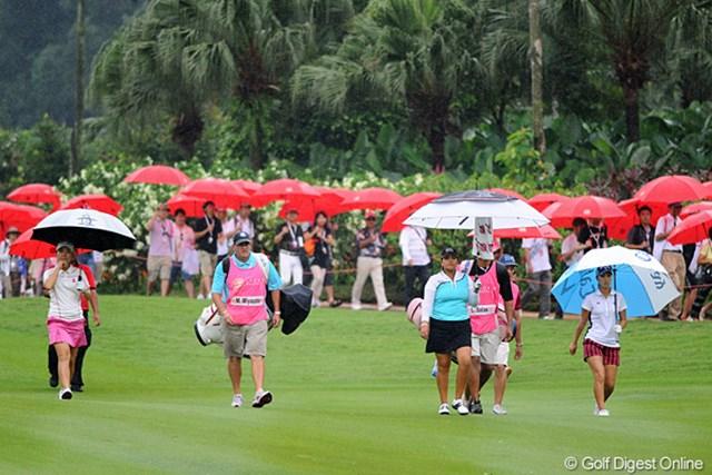 2012年 サイム・ダービー LPGA マレーシア 3日目 上田桃子&宮里美香  雨季ということで、突然のスコールに備えて、ギャラリー全員(!)に傘がプレゼントされていました。ずぶ濡れになっているのはキャディとカメラマンだけでした(泣)。