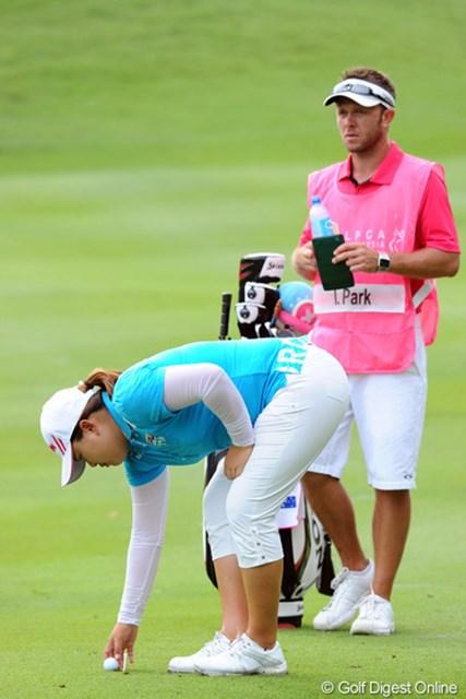 2012年 サイム・ダービー LPGA マレーシア 3日目 朴仁妃 コースのフェアウェイが柔らかいため、ショットが全部「目玉」のような状態になりますねん。そやから初日から全ショット6インチルール適用です。