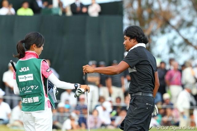 2012年 日本オープンゴルフ選手権競技 最終日 ジュビック・パグンサン キャディさんも残念無念だろうな。