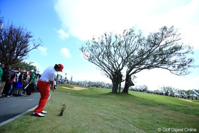 2012年 日本オープンゴルフ選手権競技 最終日 石川遼 ギャラリーで踏み固められたラフは硬そう。