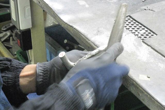 多くつけすぎた部分はヤスリで削っていく。肉付け、削りを繰り返し、完成形に近づけていく