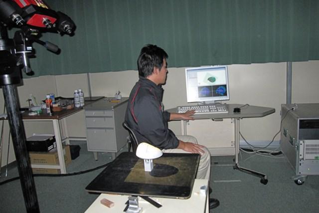 職人が作り上げたモックアップを3Dスキャナーで形を読み取る