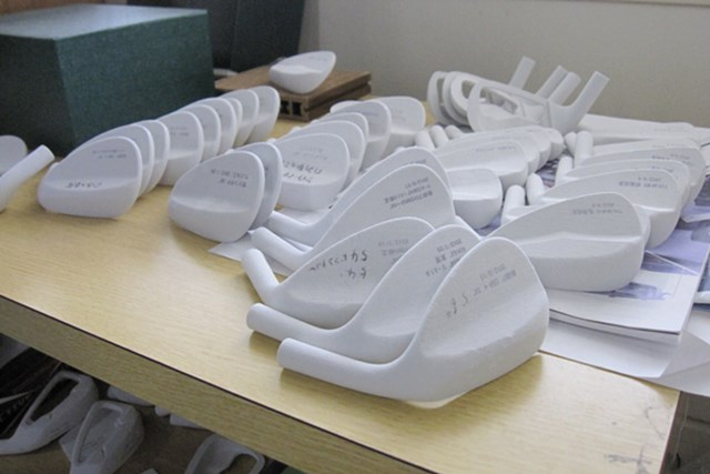 CADで作り上げた設計をCNCマシンによって石膏模型を作り、マスターの金型へと仕上げていく