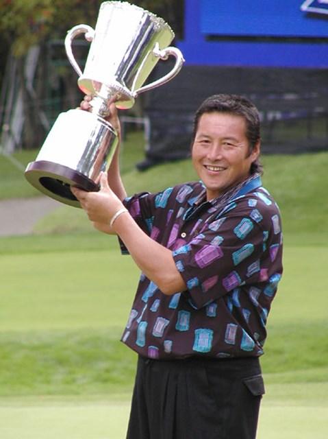 2002年 全日空オープンゴルフトーナメント 最終日 尾崎将司 777日ぶりの優勝カップを手にしたジャンボ尾崎