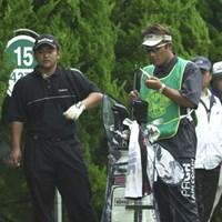 15番ティグラウンド上にいる宮里聖志。今週キャディをしているのはプロゴルファーの野上貴夫だ。そして野上の手元を見ると、なんと、アイアンのヘッドがシャフトからすっぽりと抜けているぞ!! 2002年 日本オープンゴルフ選手権競技 3日目 宮里聖志
