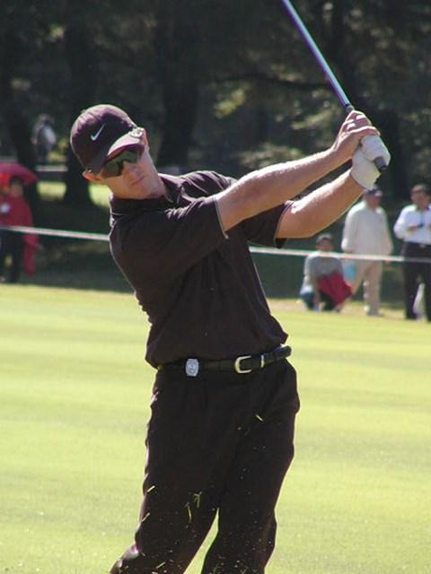 2002年 ブリジストンオープンゴルフトーナメント 最終日 スコット・レイコック ナイキのウェアで色は黒。さらにサングラスときたら、やっぱり強そうに見える。