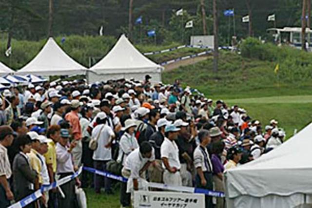 2002年 日本ゴルフツアー選手権イーヤマカップ 3日目 練習場の人だかり