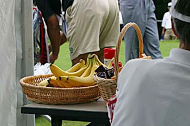 2002年 日本ゴルフツアー選手権イーヤマカップ 3日目  1番ティにある選手用フルーツ