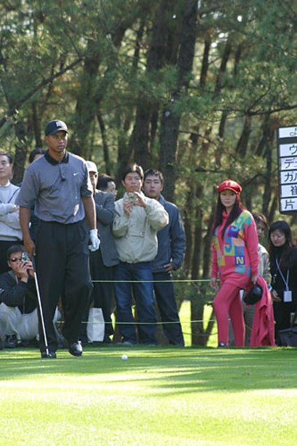 2002年 ダンロップフェニックストーナメント 事前情報 タイガー・ウッズ タイガーのティショット。あれ!?後ろの派手なピンクの服は、叶 美香さんではありませんか。