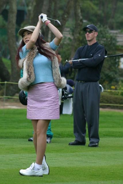 2002年 ダンロップフェニックストーナメント 事前情報 叶美香さん&デビッド・デュバル ホーッ、なかなかやるね。叶美香のティショットを後ろから見守るデビッド・デュバル。