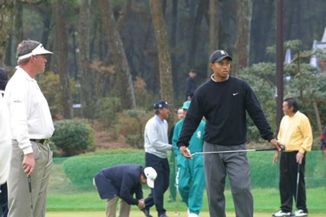 2002年 ダンロップフェニックストーナメント 事前情報 ダレン・クラーク タイガー・ウッズ 朝の練習グリーン。左はダレン・クラーク、右タイガー・ウッズ。そして背後には日本ゴルフ界の大御所青木功と尾崎将司。