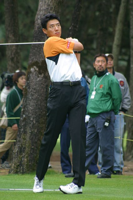 2002年 ダンロップフェニックストーナメント 事前情報 松岡修造 松岡修造のアイアンショット。下半身を固定させ、上半身の捻転を利用したスウィングは方向性が抜群だった。