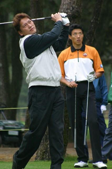 2002年 ダンロップフェニックストーナメント 事前情報 佐々木主浩 パー3でショートアイアンを手にした佐々木主浩。さすがに力があるだけに、ボールは高々と舞い上がる。