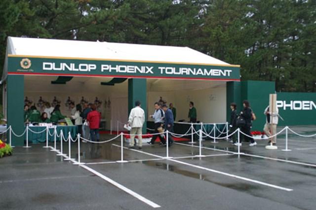 朝一番ギャラリーゲート小雨のパラつく中、世界レベルの選手を見に多くのファンが続々と入場する。