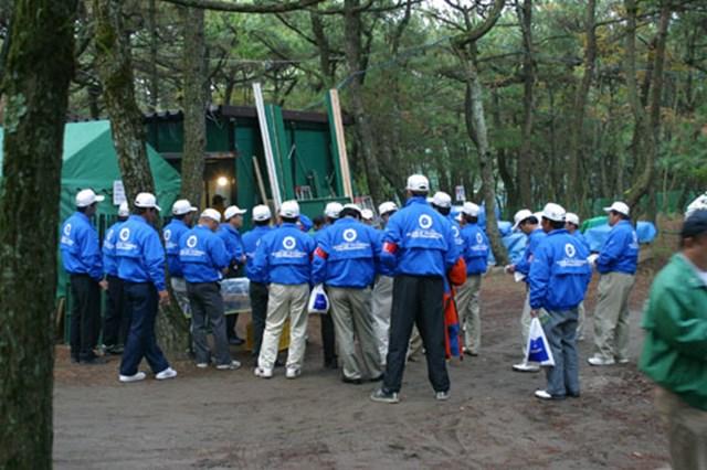 ボランティアのミーティング。青いジャンパーを羽織り、コース内の各所で仕事をこなす。ご苦労さまです。